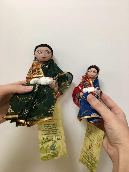 Originales nacimientos de navidad o belenes al estilo indio compuesto de un muñeco de José, otro de María y Jesús, uno de mula y otro de buey. Realizados a mano por las mujeres de Creative Handicrafts.