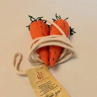 Cuerda de saltar con mangos de zanahoria de peluche. Ideales para no sufrir daños y disfrutar del juego.