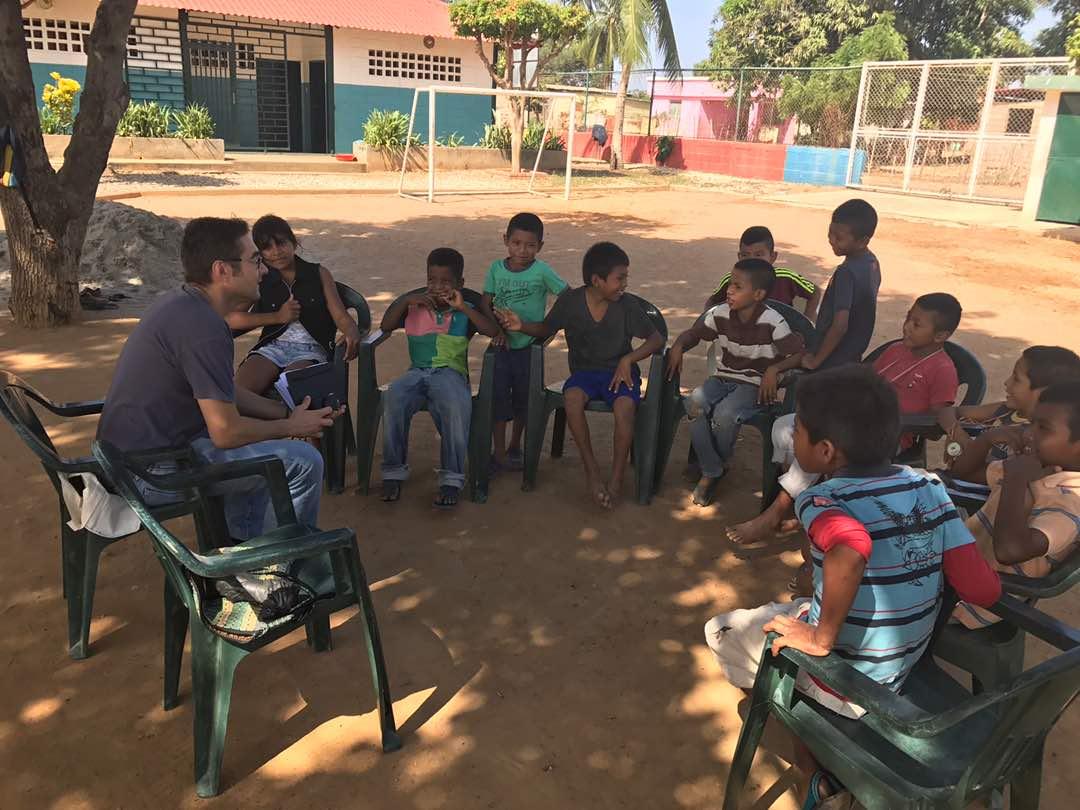 Damián hablando con los niños y las niñas del CEPIN, Maracaibo, Venezuela
