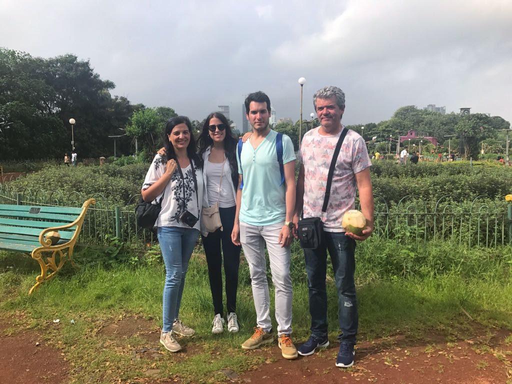 Ana y su familia en los Hanging Gardens, Bombay.