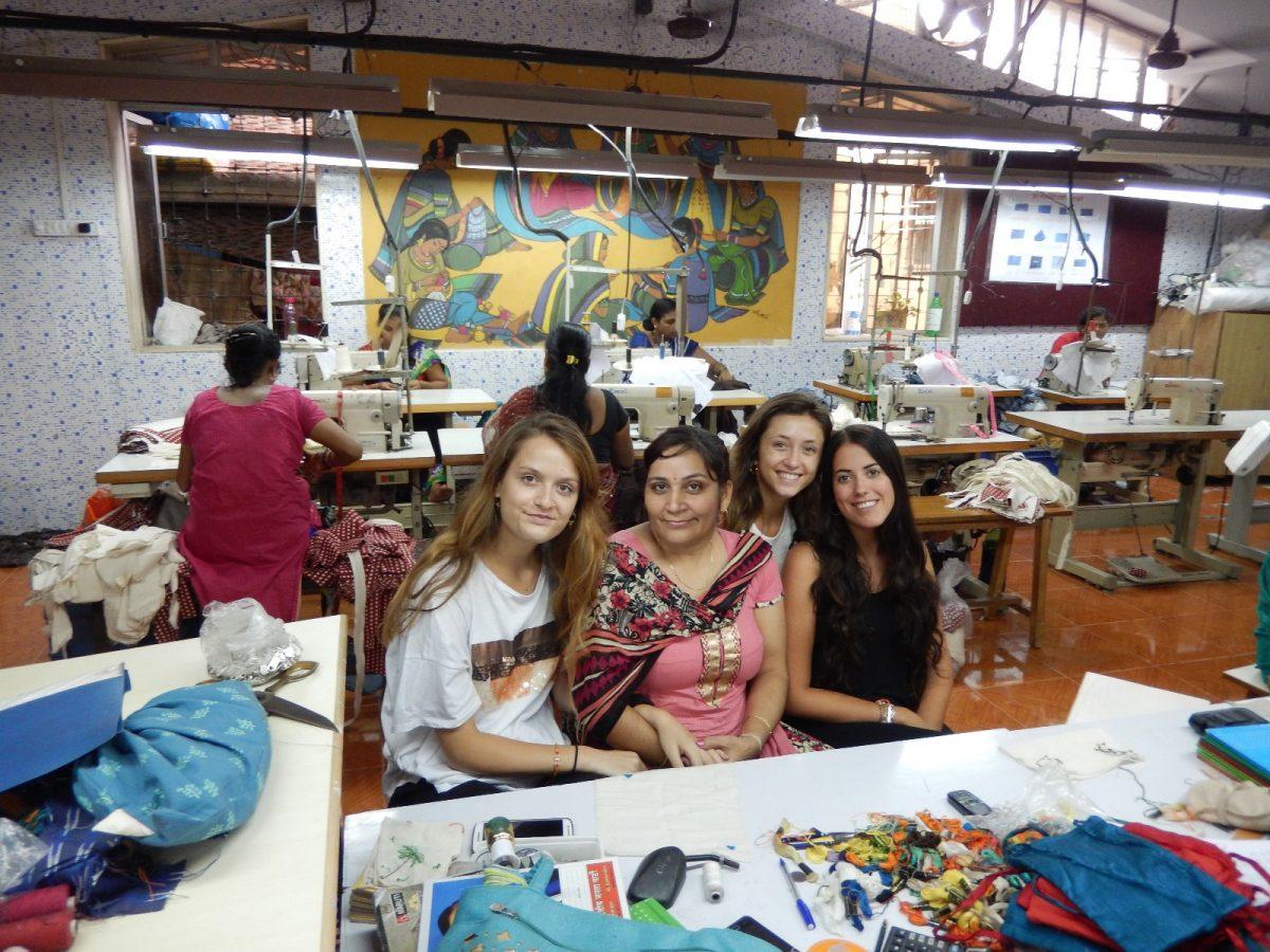 Las alumnas de diseño con su profesora de bordar, Greenpi.