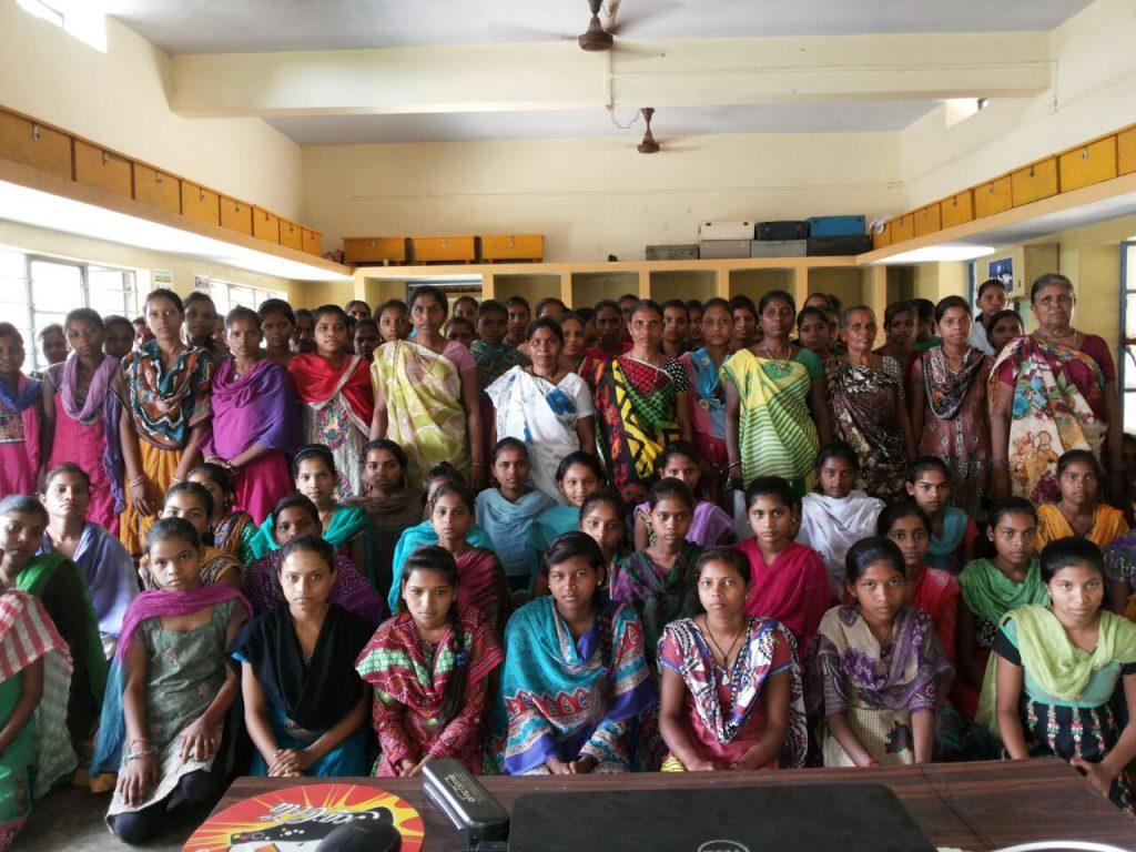 Grupo de jóvenes y mujeres de la residencia de Tanakla