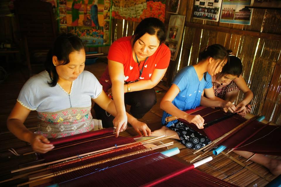 Imagen de mujeres tejiendo de la organización WEAVE de Tailandia