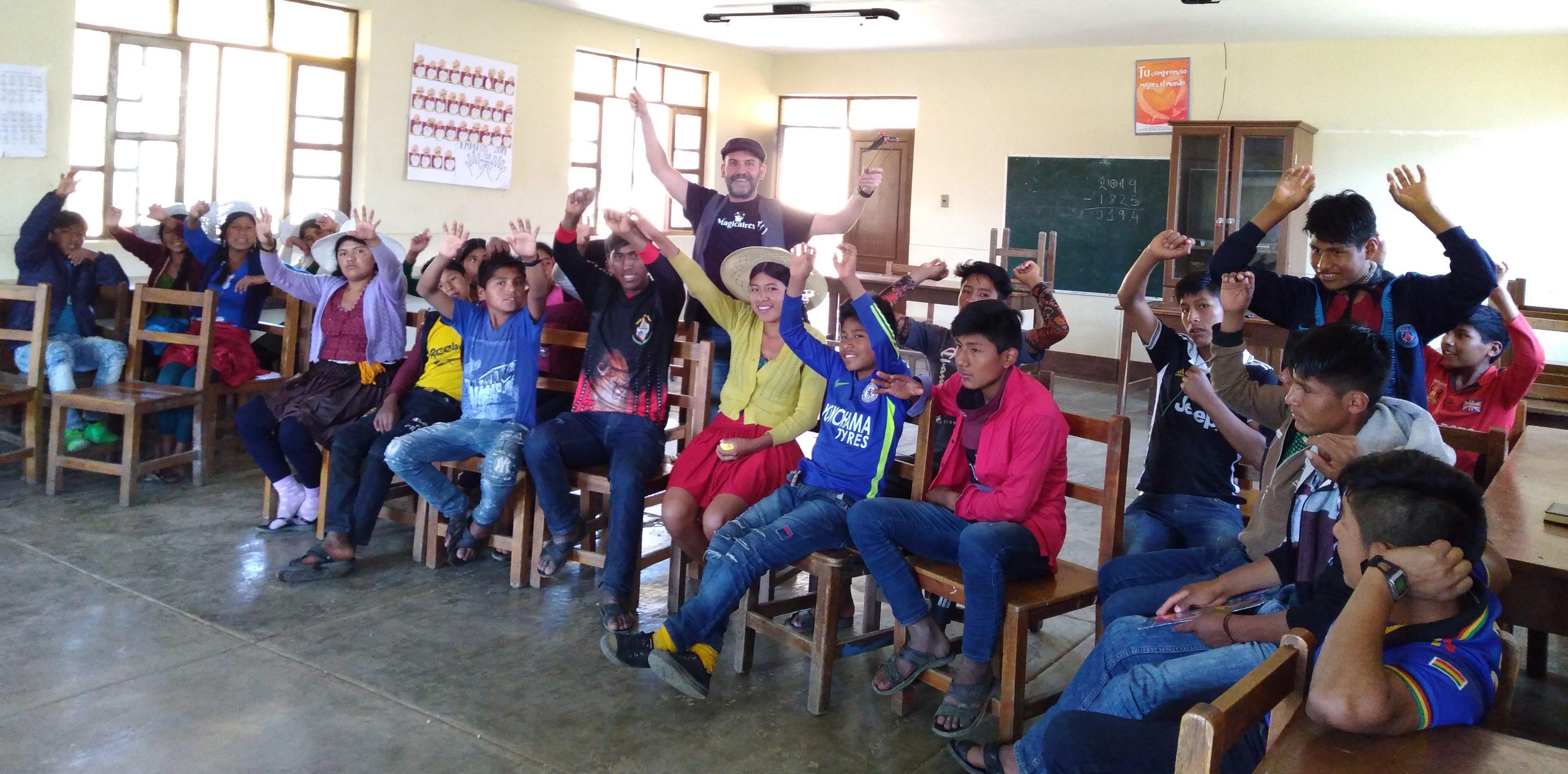 Un grupo de jóvenes con Roberto en una clase