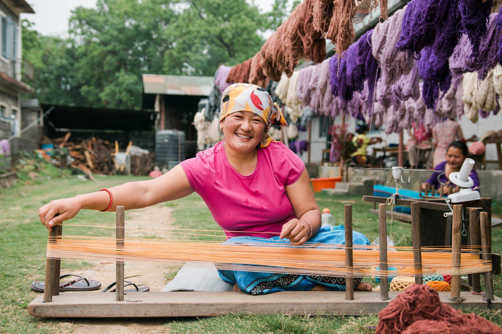 Imagen de una mujer trabajando con un telar de la organización nepalí Women´s Skills Development Organization