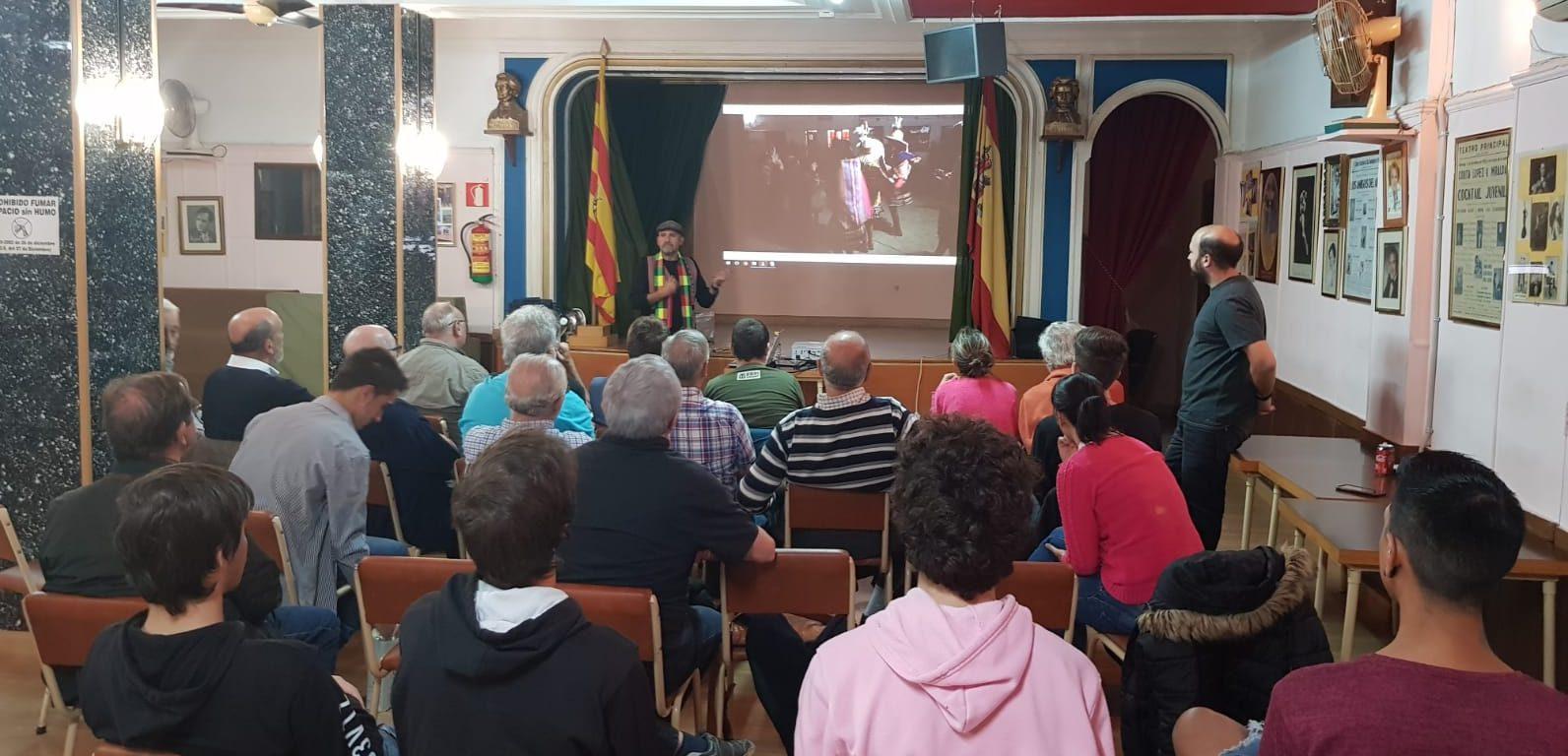Roberto hablando en la Asociación Mágica Aragonesa de su experiencia de voluntariado mágico en Bolivia