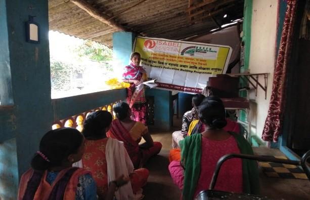 Varias mujeres asisten a las sesiones formativas. Maharashtra. India.