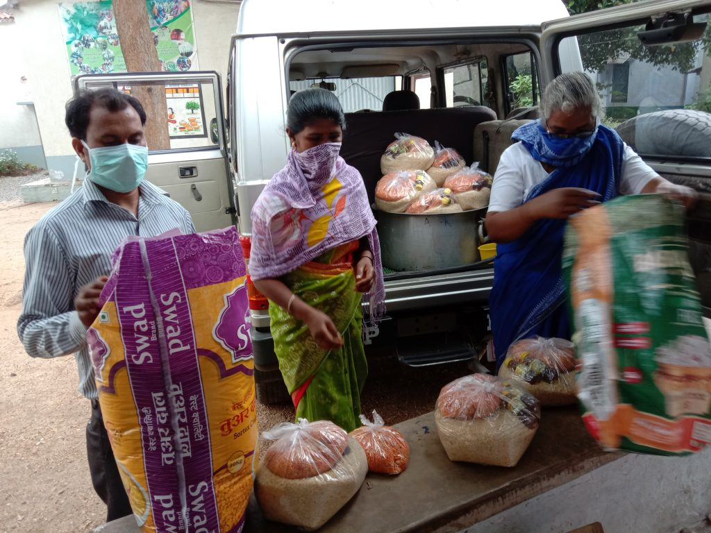 Reparto de alimentos, Gomia, Jharkhand, India.