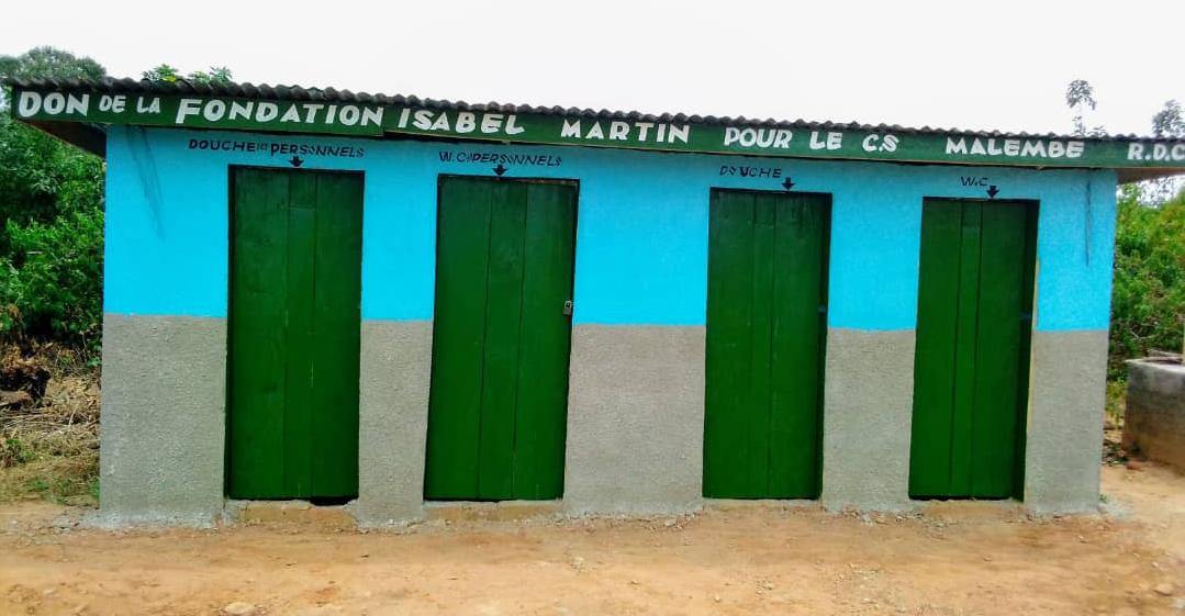 Letrinas y duchas para el personal del Centro de Salud de Malembe, R.D. Congo.